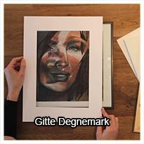 Se med, når Gitte Degnemark viser, hvordan hun beskærer sine værker, efter hun har tegnet/malet dem, for at opnå den helt rigtige komposition i det færdige værk.