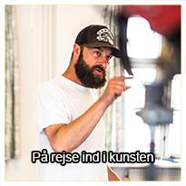 """Kristian Vodder Svensson har efter eget udsagn været """"en rod"""" i sine unge dage.  I dette tema kommer du med helt tæt på Kristian, som fortæller hudløst ærligt om sine store store udfordringer i livet og om, hvordan hans rejse ind i kunsten har bragt ham til, hvor han er i dag - på den rigtige side af livet.  Kristians historie er en fantastisk reminder til os alle om, at man kan opnå, hvad man sætter sig for at opnå - uanset dårlige odds og store bump på vejen."""