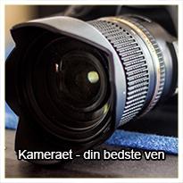 I dette tema får du en lang række konkrete tips til, hvordan du kan bruge kameraet som et, ikke bare nyttigt, - men som et ganske uundværligt værktøj i dit arbejde som billedkunstner.  Nej, det kræver ikke et dyrt spejlreflekskamera, selvom det naturligvis er super at have. Du kan nå rigtig langt med kameraet i din mobil, men det er altså langt fra ligegyldigt, hvordan du bruger det.  I temaet her giver vi dig gode råd til, hvad du bør være opmærksom på, når du tager fotos, som skal bruges til at gøre potentielle kunder opmærksomme på dit kunstneriske virke på sociale medier, på din hjemmeside osv.  Hvordan bør du tage fotos af dine malerier? Eller af dine skulpturer? På dine udstillinger? I dit atelier?  Det er de små ting, der gør hele forskellen - så se med her og opdag, hvor meget du kan få ud af dit kamera.