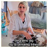I dette tema kommer du med ind i Annes atelier, hvor Anne viser dig rundt og du får et grundigt indblik i, hvilke materialer hun bruger - og dermed også i, hvilke materialer hun ikke bruger.  At skabe kunst kræver nemlig ikke, at du har tusindvis af forskellige pensler, farver, lærreder, additiver, spartler, svampe osv. - Se med her og find ud af, hvorfor det faktisk kan være en fordel, ikke at have verdens største udvalg.