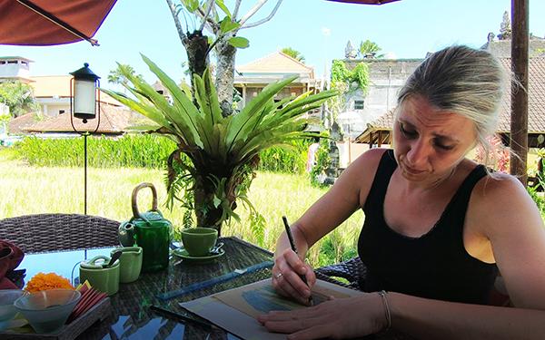 Billedkunstner Anne Juul Christophersen i fuld gang under optagelserne til et af de fire moduler, sommerworkshoppen strækker sig over.