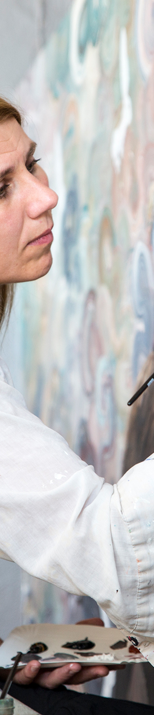 Anne Juul Christophersen i gang med vægmaleri i Den Fynske Opera