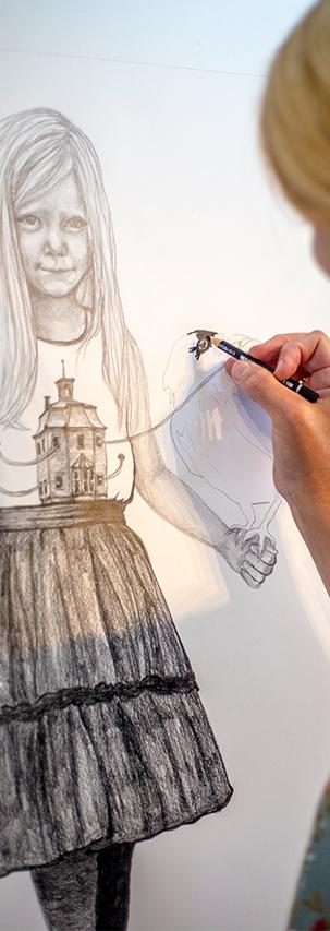 Anne Juul Christophersen i færd med en tegning