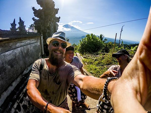 Jesper, vores guide, Dewa og Anne under optagelserne på Bali